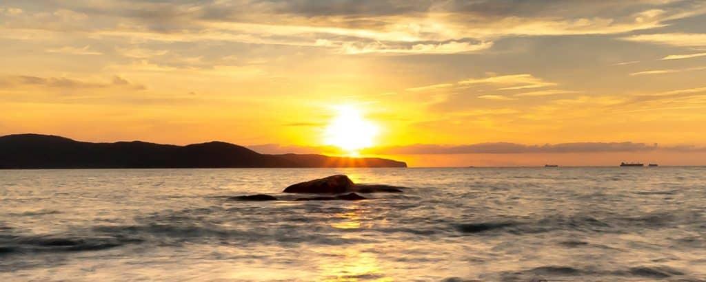 wpływ słońca na organizm człowieka - słońce wschodzące nadwodą